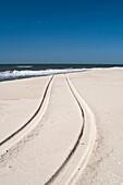 USA, New York, Long Island, The Hamptons, Westhampton Beach, car tracks in sand