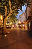 Abendlich beleuchtete Strassencafes in Greoux les Baines, Provence, Frankreich, Europa