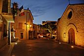 Häuser und Strasse im abendlich beleuchteten Greoux les Baines, Provence, Frankreich, Europa