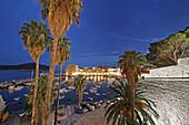 Strand von Dubrovnik, i.Hg. alter Hafen und Altstadt, Daemmerung, Kroatien