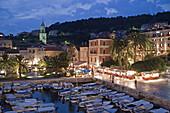 Altstadt Promenade Hafen von Hvar in der Daemmerung, Kroatien