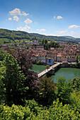 Blick auf Brücke und Stadt am Fluss, Laufenburg, Hochrhein, Kanton Aargau, Schweiz, Europa