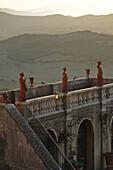 Villa mit Statuen und Blick über Hügellandschaft in Massa Marittima, Provinz Grosseto, Toskana, Italien, Europa