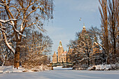 View over lake Maschsee in winter to New Town Hall, Hanover, Lower Saxony, Germany