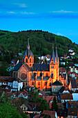 Blick über den abendlich erleuchteten Ort zum Dom, Dom der Bergstraße, Pfarrkirche St. Peter, Heppenheim, Hessische Bergstraße, Hessen, Deutschland