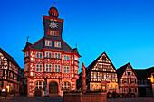 Rathaus und Marktbrunnen am abendlich erleuchteten Marktplatz, Heppenheim, Hessische Bergstraße, Hessen, Deutschland