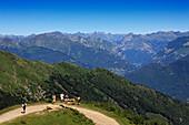 Wanderer vor Bergkulisse, Bergwanderung zum Monte Tamaro, Tessin, Schweiz