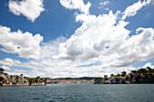 Blick auf Hafenstadt Sibenik unter Wolkenhimmel, Sibenik, Kroatien, Europa