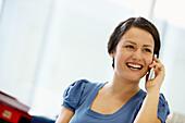 Anruf, Anrufe, Anrufen, Arbeiten, Arbeitend, Arbeitende, Benutzen, Büro, Büroangestellte, Büroangestellter, Büros, Business, Dunkelhaarig, Eine Person, Eins, Erwachsene, Erwachsener, Farbe, Frau, Frauen, Freude, Geschäft, Geschäfte, Geschäftsfrau, Geschäf