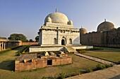 Inde, Madhya Pradesh, Mandu, tombeau de Hoshang Shah, architecture afghane, plus ancien mausolée en marbre du pays et cloitre // India, Madhya Pradesh, Mandu, Hoshang Shah´s tomb, afghan architectural style, the oldest marble mausoleum of the country