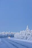 Auto fährt bei niedrigen Temperaturen, Frost, Winterlandschaft, Schweden
