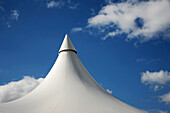 Aussen, Blau, Blauer Himmel, Draussen, Farbe, Form, Formen, Gestalt, Gestalten, Himmel, Horizontal, Konzept, Konzepte, Markise, Markisen, Tageszeit, Weiß, Wolke, Wolken, Zelt, Zelte, XC4-867271, agefotostock