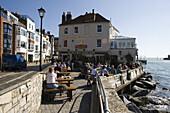 Menschen sitzen draußen vor The Still and West Country House Pub in Old Portsmouth, Portsmouth, Hampshire, England, Europa