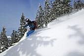 Skifahrer bei der Abfahrt, Skitour auf das Dürrnbachhorn, Reit im Winkl, Chiemgau, Oberbayern, Bayern, Deutschland, Europa