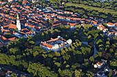 Luftbild, Celler Schloss vor der Altstadt, Stadtkirche St. Marien, Schlosspark, Allee im Französischen Garten, Celle, Niedersachsen, Deutschland