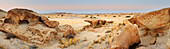 Panorama mit bizarren Felsen und Blick auf Savanne, Namibwüste, Namib, Namibia
