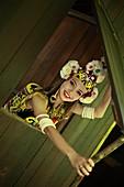 asiatisch, Asien, blick in die kamera, Borneo, brustbild, ein, eine Person, Erwachsene, Ethnisch, Farbe, Feier, folk, Folklore, Frau, Innen, Innenraum, Jugend, jung, Junger Erwachsener, Länder, Malaysien, Mensch, menschlich, Reise, Reisen, Sarawak, Schönh