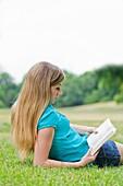 20's, 30's, Aussen, Blond, Buch, eine Person, Erwachsene, Frau, Freizeit, Frühling, Garten, Junger Erwachsener, lesen, Park, Sommer, weiblich, Wellness, Wohlgefühl, V51-1189203, AGEFOTOSTOCK