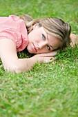 20's, 30's, Aussen, Blond, eine Person, Erwachsene, Frau, Freizeit, Frühling, Garten, Junger Erwachsener, Park, Porträt, Sommer, weiblich, Wellness, Wohlgefühl, V51-1189216, AGEFOTOSTOCK