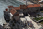 Blick von oben auf Menschen vor der Kirche St. Save und St. Marija, Budva, Montenegro, Europa