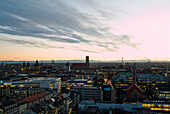 Stadtansicht mit Alpenpanorama am Abend, München, Bayern, Deutschland
