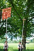 Zwei Jungs tragen Fahne und Kreuz, Fronleichnamsprozession, Benediktbeuern, Alpenvorland, Oberbayern, Bayern, Deutschland