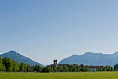 Blick auf Kloster Benediktbeuern, Benediktbeuern, Alpenvorland, Oberbayern, Bayern, Deutschland