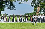 Große Gruppen von Frauen in Tracht, Fronleichnamsprozession, Benediktbeuern, Alpenvorland, Oberbayern, Bayern, Deutschland