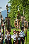 Jungen mit Fahnen in Tracht, Fronleichnamsprozession, Benediktbeuern, Alpenvorland, Oberbayern, Bayern, Deutschland