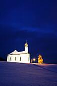 Beleuchtete Kapelle mit Christbaum, Achensee, Tirol, Österreich, Europa
