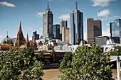 Skyline von Melbourne mit Flinders Street Station und den Kirchtuermen der St Paul's Cathedral, Victoria, Australien, Melbourne Skyline with Flinders Street Station and the towers of St Paul's Cathedral, Victoria, Australia