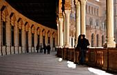 Säulengang mit Menschen, Plaza de España, Sevilla, Provinz Sevilla, Spanien, Mediterrane Länder