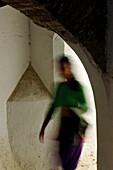 Torbogen mit einer Frau, Granada, Andalusien, Spanien, Mediterrane Länder