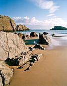 Felsen am Strand von Playa de Arnia, morgens, westlich Santander, Kantabrien, Spanien