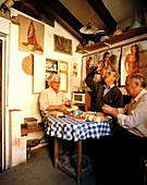Männer beim Frühstück mit eigenem Wein, privater Weinkeller, San Esteban de Gomez, Kastilien-León, Spanien