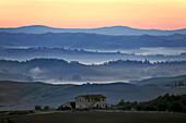 Gehöft und Hügellandschaft bei Sonnenaufgang, Crete, Toskana, Italien, Europa