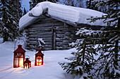 Abwesend, Abwesenheit, Aussen, Baum, Bäume, Bedeckt, Beständig, Draussen, Farbe, Horizontal, Hütte, Hütten, Jahreszeit, Jahreszeiten, Kalt, Kälte, Land, Landschaft, Landschaften, Laterne, Laternen, Menschenleer, Niemand, Schnee, Schneebedeckt, schneebedec