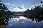 See und malerische Landschaft im Herbst