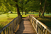 Holzbrücke im Schlosspark, Schloss Ludwigslust, Ludwigslust, Mecklenburg-Vorpommern, Deutschland