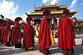Népal, Bodh Nath, Tibetan monks celebrating Lo Sar New Year Festival