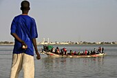 Sénégal, Saint Louis, Boy looking at a boat