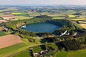 Luftbild von Segelflugzeugen über dem Pulvermaar, Landkreis Daun, Rheinland Pfalz, Deutschland, Europa