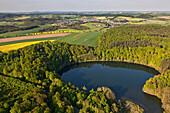 Luftaufnahme des Holzmaars im Landkreis Daun, Eifel, Rheinland Pfalz, Deutschland, Europa