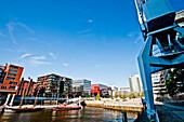 Blick über Hafenbecken auf Magellan-Terrassen, Am Sandtorkai, Hafencity, Hamburg, Deutschland