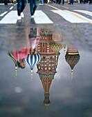 Passanten auf dem Roten Platz vor der Basilius Kathedrale, Spiegelung in Pfütze, Moskau, Russische Föderation, Russland, Europa