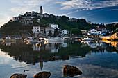 Blick auf Boote vor der Hafenstadt Vrbnik im Abendlicht, Kvarner Bucht, Insel Krk, Istrien, Kroatien, Europa