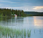 Bootshaus am Seeufer, Lappland, Schweden