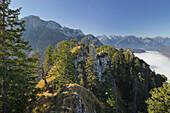 Blick auf Tegelberg und Nebel in entferntem Tal, Ammergebirge, Allgäu, Bayern, Deutschland, Europa