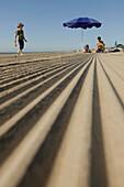 Kinder, Mutter, morgens am gereinigten Strand Lido von Venedig, Venedig, Venetien, Italien
