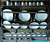 Keramikgeschirr in einem Regal, Südtirol, Italien, Europa